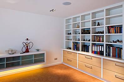 Bücherwand mit Auszügen in Ahorn, lackierte Türen