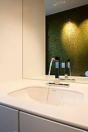 Waschbecken mit Mineralwerkstoffplatte und Spiegelelement
