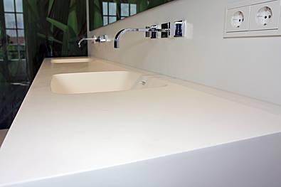 Waschtischplatte mit eingearbeitetem Becken
