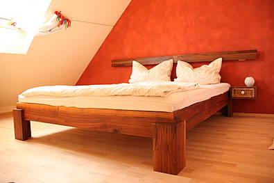 Doppelbett aus Nussbaum, geölt