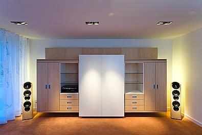 HiFi-Möbel mit integrierter elektrischer Türsteuerung