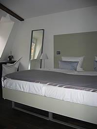 Hotelbett mit Rückwandplatte und Spiegelelement