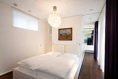 Schlafraum mit monolithischem Möbeldesign