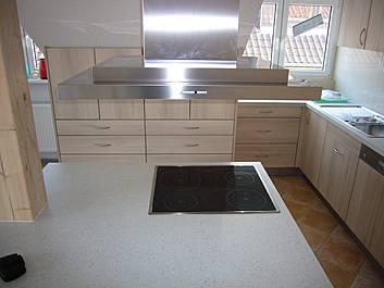 Küche auf engstem Raum mit viel Stauraum und Arbeitsfläche