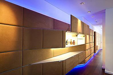Wandverkleidung mit integriertem Bar- und Stauraumelement
