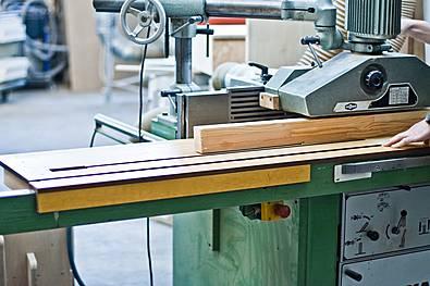 Fräsarbeiten an der Tischfräse
