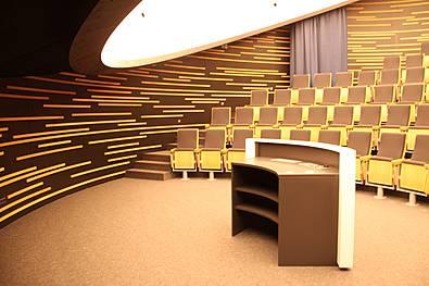 Wandverkleidung in einem Planetarium, akustisch wirksam