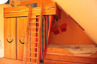 Kinderbett mit Leiter und Schiebeschänken, Erle massiv geölt