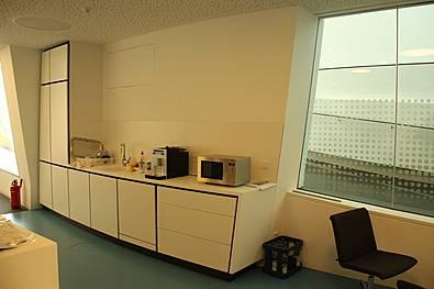 Küchenmöbel aus Mineralwerkstoff in einem runden Gebäude